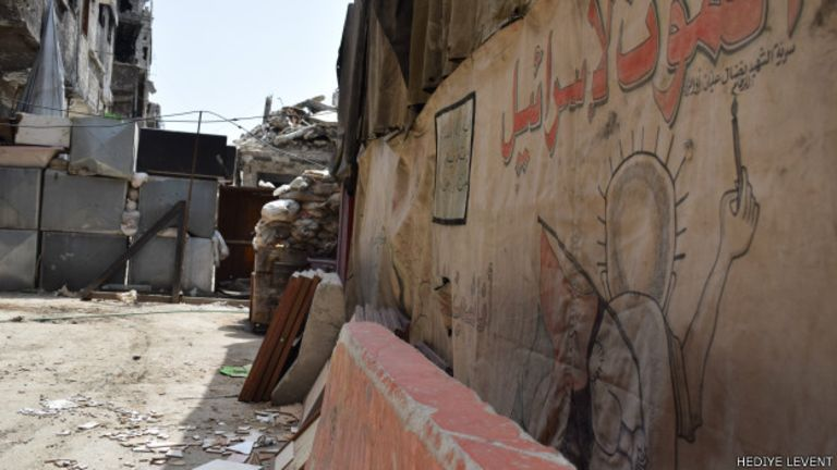 Filistinlilerin kaldığı bazı çadırlarda Filistin direnişinin sembolü Hanzala resmedilmiş. Bu resimde Hanzala 'İsrail'e ölüm' yazıyor.