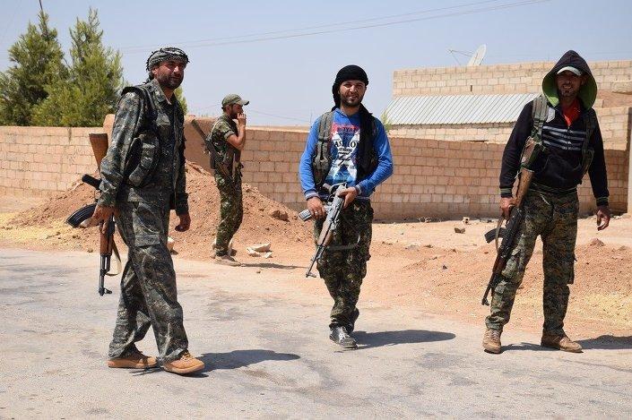 © SPUTNİK/ HEDİYE LEVENT YPG, Suriye'nin kuzeyindeki Demokratik Özerk Yönetim'in askeri gücü ve bünyesinde Kürt, Arap, Süryani, Çeçen ve bölgedeki diğer azınlıklardan savaşçılar bulunuyor.