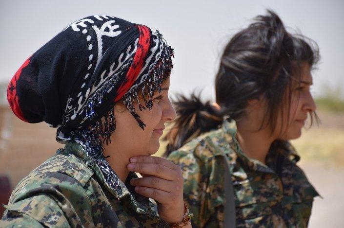 © SPUTNİK/ HEDİYE LEVENT YPG'ye bağlı ve sadece kadınlardan oluşan YPJ içindeki kadın savaşçılar. Haseke'nin köylerindeki genç kadınların bir kısmı yaşadıkları bölgelerdeki durum tehlikeli hale geldiği için okulunu, işini bırakıp YPJ'ye katıldığını söylüyor.